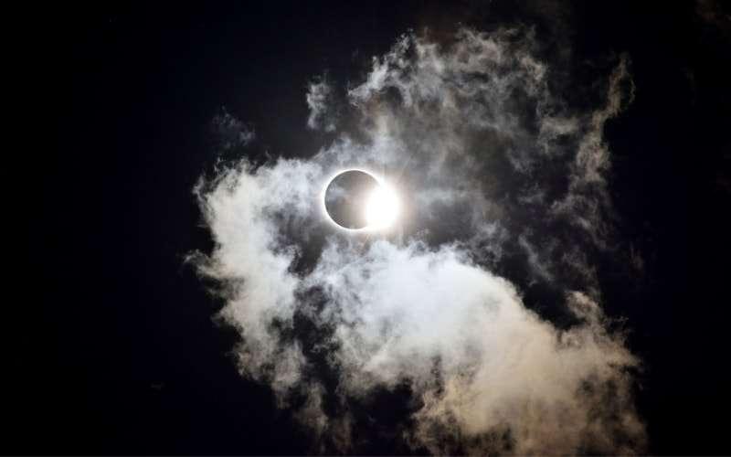 eclissi di luna e nuvole