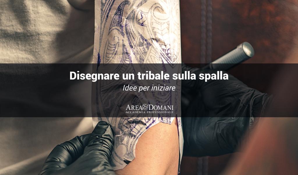 tatuaggio tribale sulla spalla