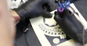 disegnare un tatuaggio tribale sulla spalla