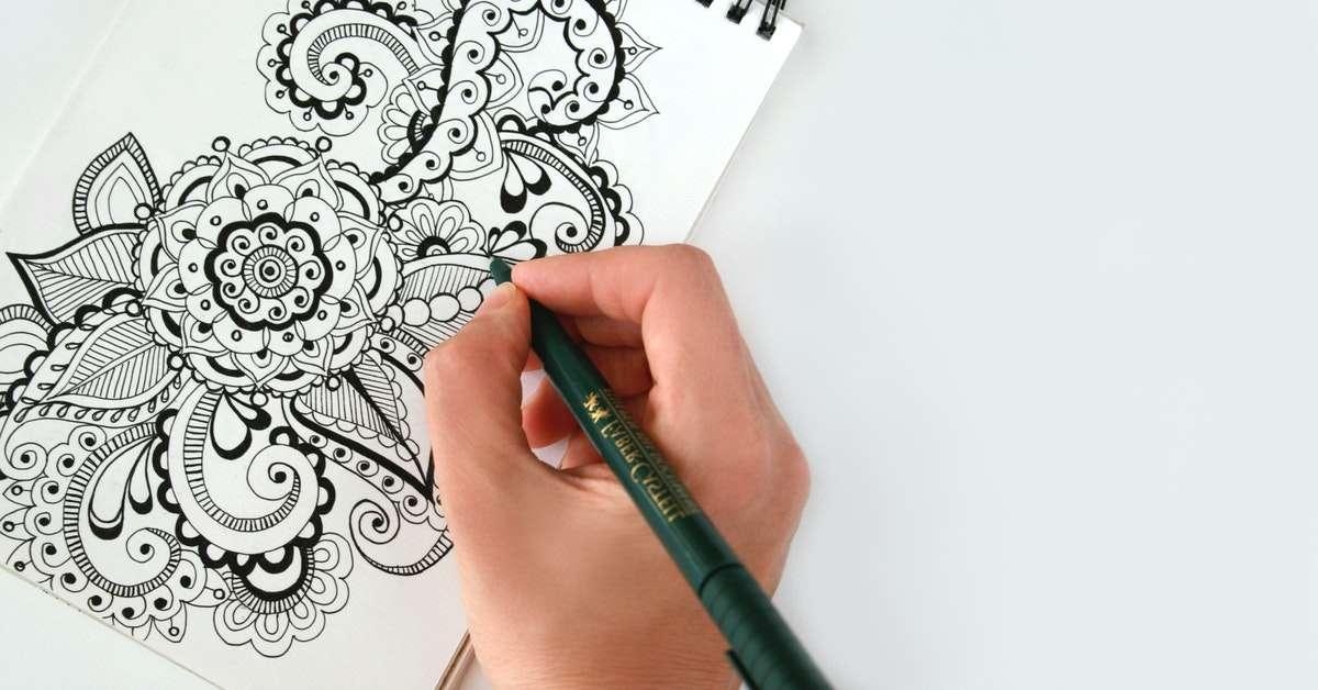 mano che disegna logotipo