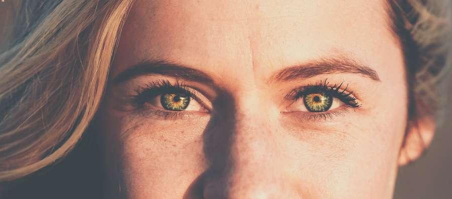 Come truccare gli occhi verdi in modo semplice e naturale